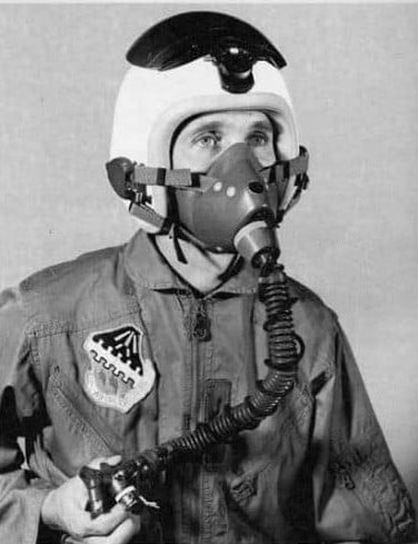 air force flight jacket billjack 32 oxygen mask tab 空軍飛行夾克左胸口前的垂直束帶布條的功用?