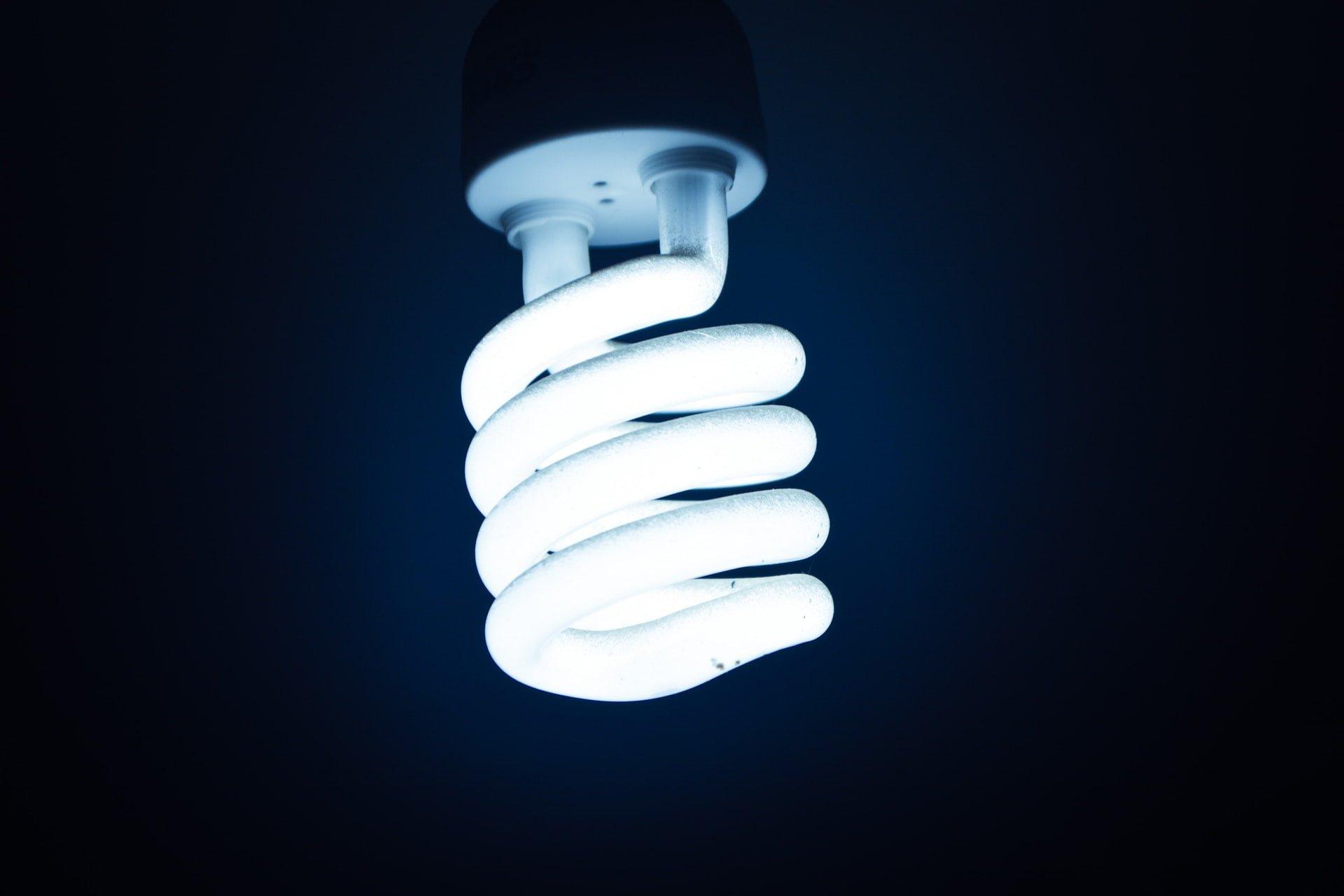 white cfl bulb Fluorescent tube lamp 日光燈管、省電燈泡廢棄該如何丟棄垃圾車清運回收?